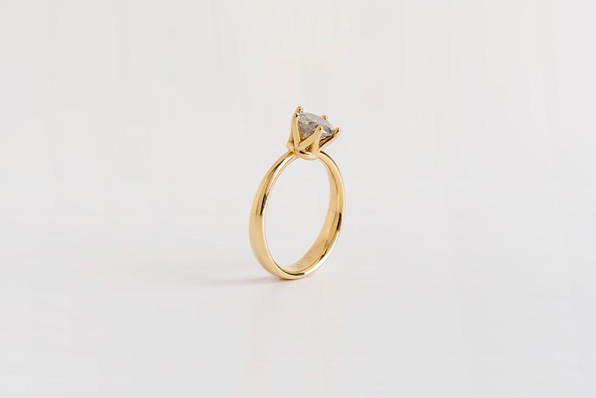 טבעת יהלום אפור