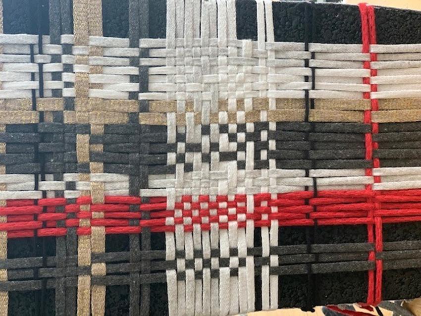 בלוק שחור דק – חוטים אדומים