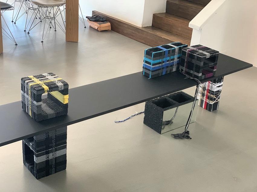 שולחן זכוכית קומפוזיציה 5 בלוקים שחורים שזורים ובלוק מראה במידות וגדלים משתנים מוצר מס: 7-9-10-12-13-14